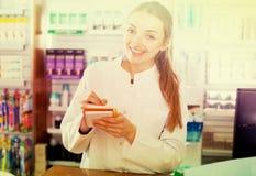 Портрет женского аптекаря Стоковое фото RF