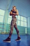 Портрет женского боксера в носке спорта с воюя позицией против фары Спорт, концепция фитнеса Сексуальная девушка блондинкы фитнес Стоковое Изображение RF