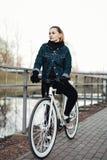 Портрет женского велосипедиста Стоковые Фотографии RF