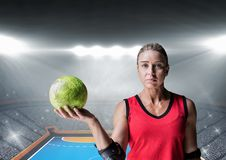 Портрет женского игрока гандбола держа шарик в стадионе Стоковая Фотография