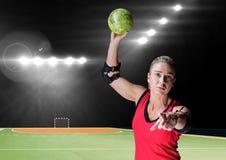 Портрет женского игрока гандбола держа шарик на суде гандбола Стоковое фото RF