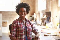 Портрет женского дизайнера работая на столе в современном офисе Стоковое Фото
