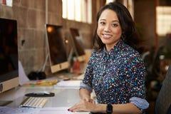 Портрет женского дизайнера работая на столе в современном офисе Стоковая Фотография RF