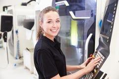 Портрет женского инженера работая машинное оборудование CNC Стоковые Изображения RF