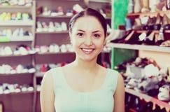 Портрет женского клиента который выносить о парах f стоковые изображения rf