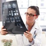 Портрет женского доктора с изображением рентгеновского снимка в руке Стоковое Фото