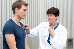Портрет женского доктора с пациентом Стоковые Изображения