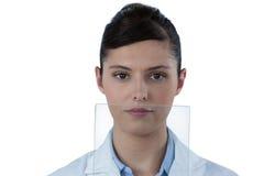 Портрет женского доктора с цифровой таблеткой Стоковые Фото
