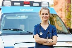 Портрет женского доктора Standing перед машиной скорой помощи Стоковое Изображение RF