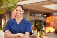 Портрет женского доктора Standing Снаружи Больницы Стоковая Фотография