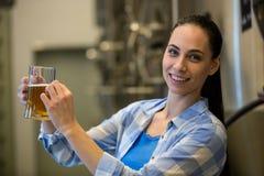 Портрет женского пива испытания винодела Стоковое Фото