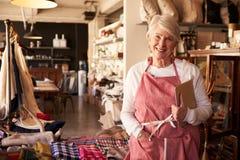 Портрет женского предпринимателя магазина подарка с таблеткой цифров Стоковые Изображения