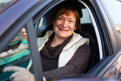Портрет женского старшего водителя в автомобиле Стоковое Фото
