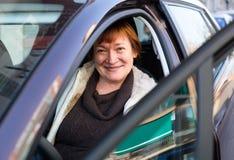 Портрет женского старшего водителя в автомобиле Стоковые Фотографии RF
