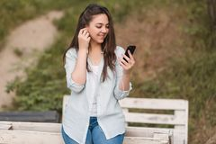 Портрет женского студента университета Outdoors на кампусе стоковое фото