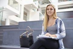 Портрет женского студента университета в здании кампуса стоковые изображения