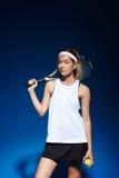 Портрет женского теннисиста с ракеткой на плече Стоковое Фото