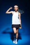Портрет женского теннисиста с ракеткой на плече Стоковые Фото
