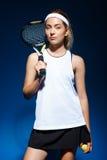 Портрет женского теннисиста с ракеткой на плече Стоковая Фотография RF
