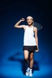 Портрет женского теннисиста с ракеткой на плече Стоковые Изображения RF