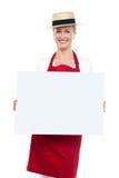 Портрет женского шеф-повара в шлеме с пустой доской объявления Стоковое Изображение RF