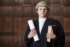 Портрет женского юриста в суде держа сводку и книгу Стоковая Фотография RF