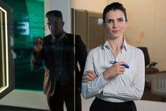 Портрет женской исполнительной власти стоя с ручкой отметки Стоковое Изображение RF