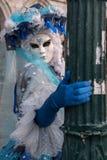 Портрет женской маски в красивом голубых и белых костюме, шляпе и маске на дожах дворце, Венеции, во время масленицы Стоковые Фотографии RF