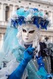 Портрет женской маски в оглушать костюме сини и белизны, шляпе и маске на дожах дворце, Венеции, во время масленицы Стоковые Изображения RF