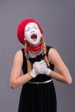 Портрет женской пантомимы в красной голове и с белизной Стоковые Изображения RF