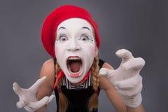Портрет женской пантомимы в красной голове и с белизной Стоковое Изображение
