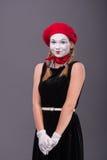 Портрет женской пантомимы с красной шляпой и белизной Стоковое фото RF