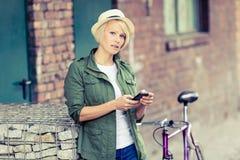 Портрет женщины битника с телефоном и велосипедом Стоковая Фотография RF