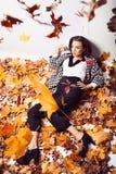Портрет женщины брюнет в лежа листьях осени Стоковые Изображения