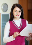 Портрет женщины брюнет с финансовыми документами Стоковые Изображения RF