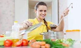 Портрет женщины варя вегетарианскую еду Стоковые Изображения RF