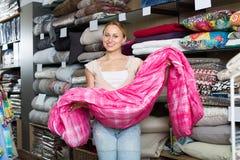 Портрет женщины выбирая одеяло Стоковая Фотография RF
