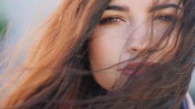 Портрет женщины выглядеть женской красоты прокалывая спокойный видеоматериал
