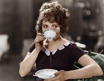 Портрет женщины выпивая от чашка (все показанные люди более длинные живущие и никакое имущество не существует Гарантии поставщика стоковое изображение rf