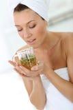 Портрет женщины выпивая травяной чай Стоковые Фото