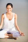 Портрет женщины выполняя йогу Стоковое Изображение