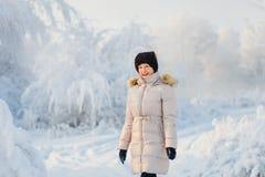 Портрет женщины в белом пальто в лесе зимы стоковая фотография rf