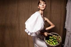 Портрет женщины в белом платье. Профессиональный состав Стоковое Фото
