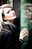 Портрет женщины в городе Стоковая Фотография