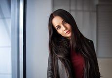 Портрет женщины в городской коже стиля Стоковое Изображение