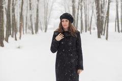 Портрет женщины в лесе Стоковое Изображение RF