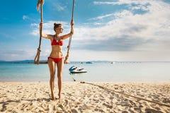 Портрет женщины в желтом заплыве представляя на тропическом пляже Стоковая Фотография RF