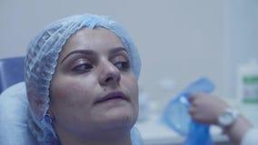 Портрет женщины в зубоврачебном стуле в начале зубоврачебного проверки акции видеоматериалы