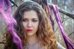 Портрет женщины в длинном красном платье Стоковая Фотография