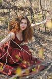 Портрет женщины в длинном красном платье Стоковые Изображения